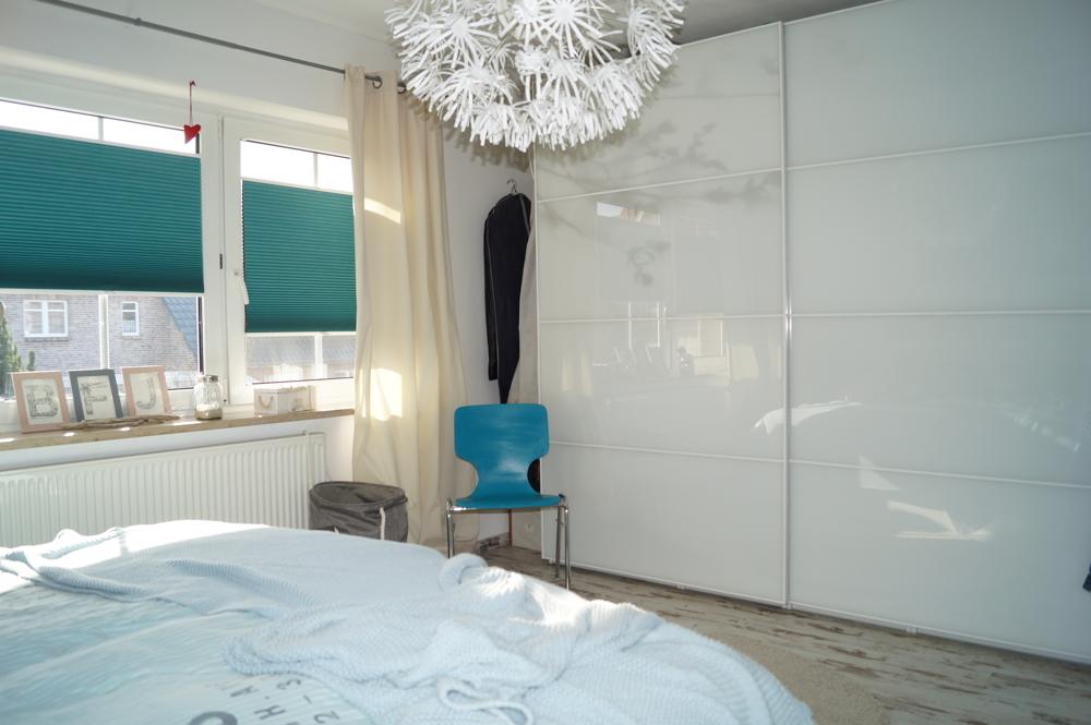Schlafzimmer mit praktischer Nische für einen großen Kleiderschrank