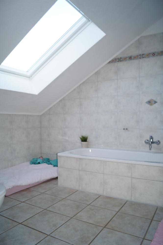 Badezimmer mit Fenster, Dusche und Wanne