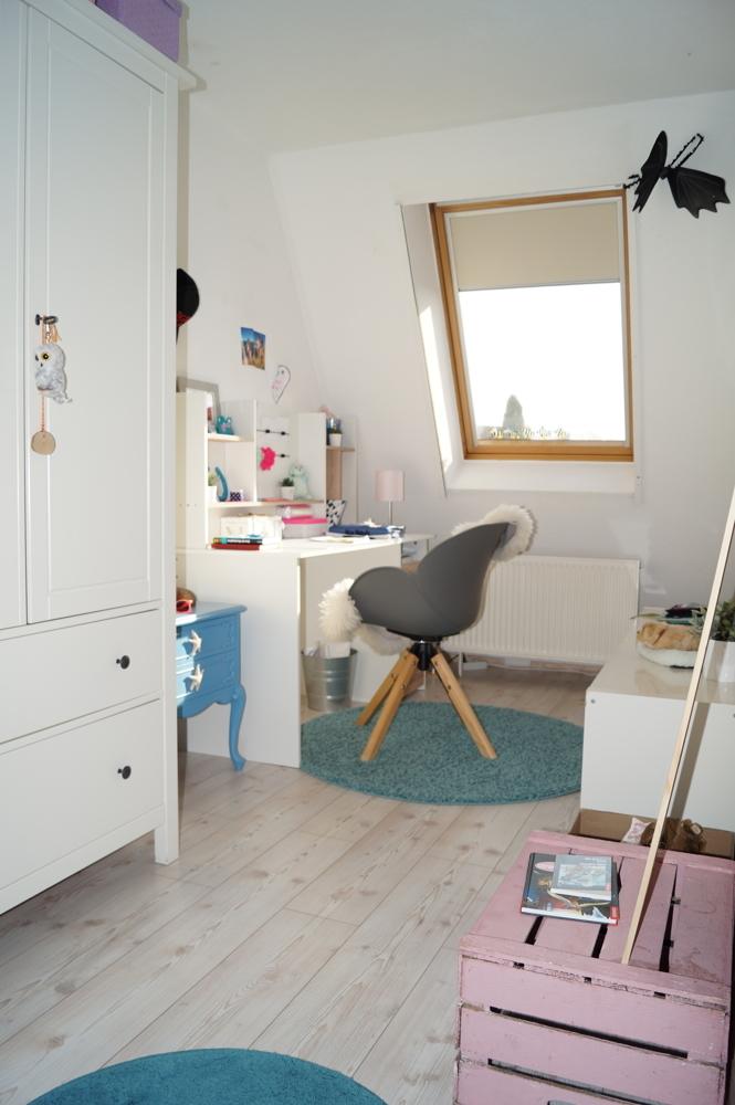 Kinderzimmer im Dachgeschoss mit Fenster und Sonnenschutz