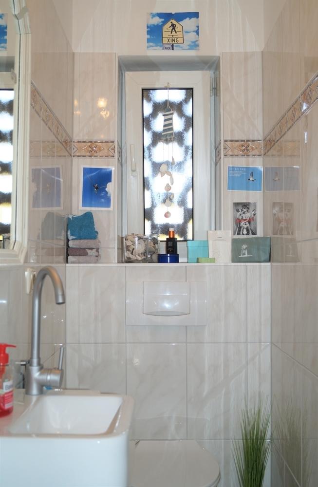 zeitlos gestaltetes Gäste-WC mit Fenster