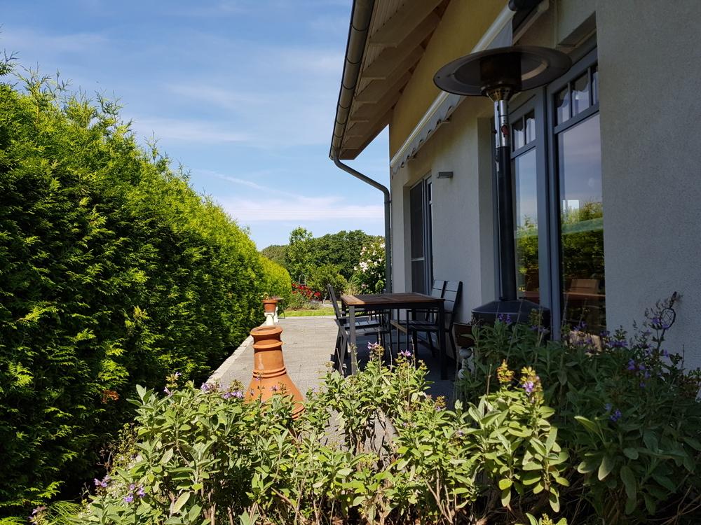 Terrasse mit Zugang vom Wohnzimmer