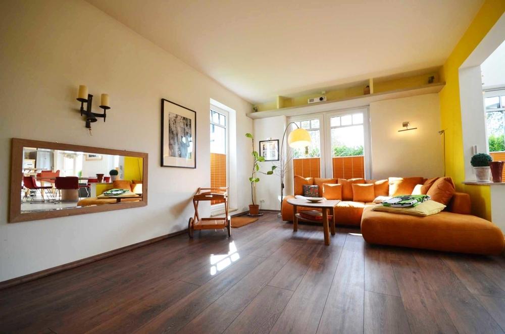Wohnzimmer mit bodentiefen Fensterelementen