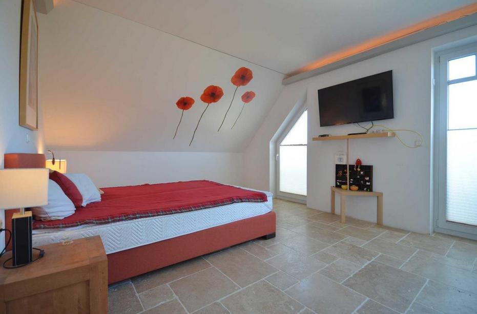 Schlafzimmer mit bodentiefen Fensterelementen