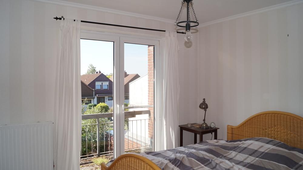 Elternschlafzimmer mit Zugang zum Balkon