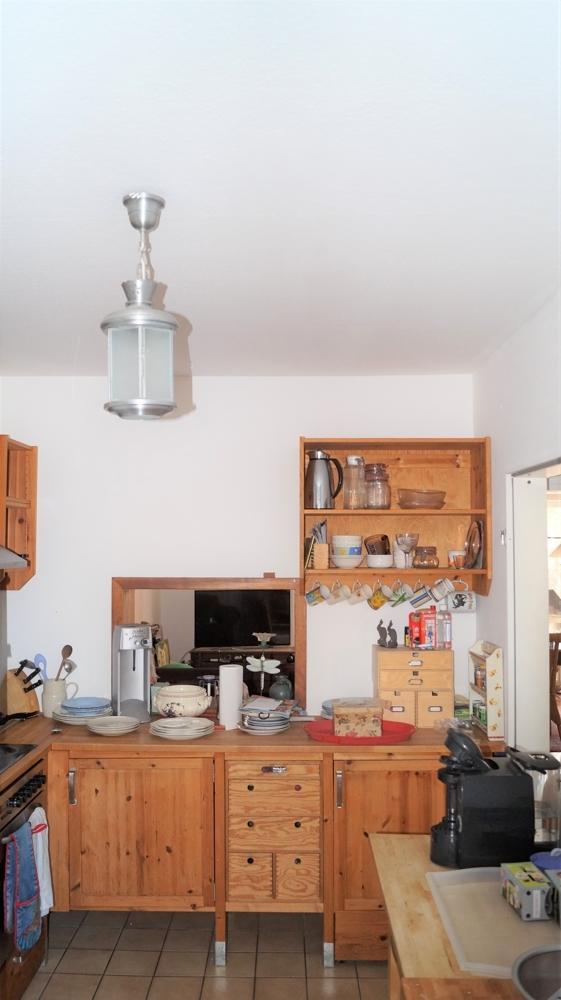 Küche mit Fenster und Durchreiche