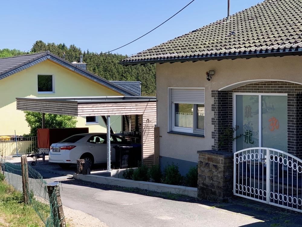 Haus links Altbau
