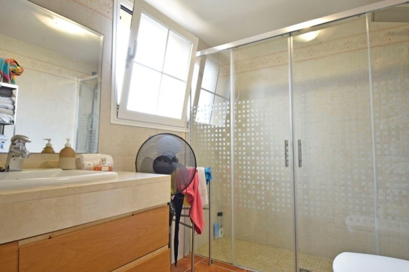 Badezimmer en Suite mit großer Dusche