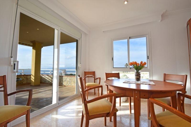 Eßzimmer mit Ausgang zur Terrasse