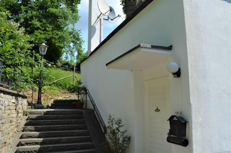 Öffentliche Treppe an der Hausseite