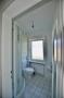 Badezimmer mit Badewanne und Dusche im 1.OG