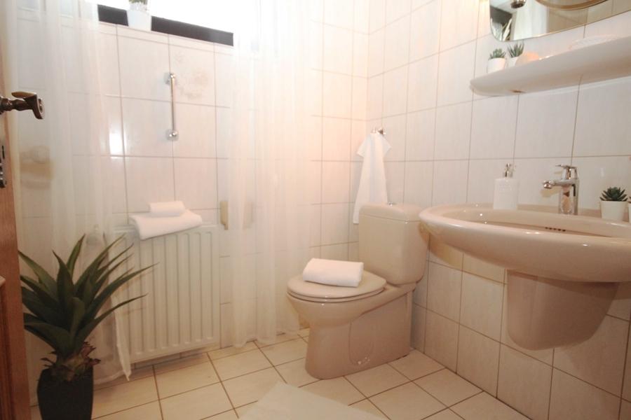 Badezimmer mit ebenerdiger Dusche