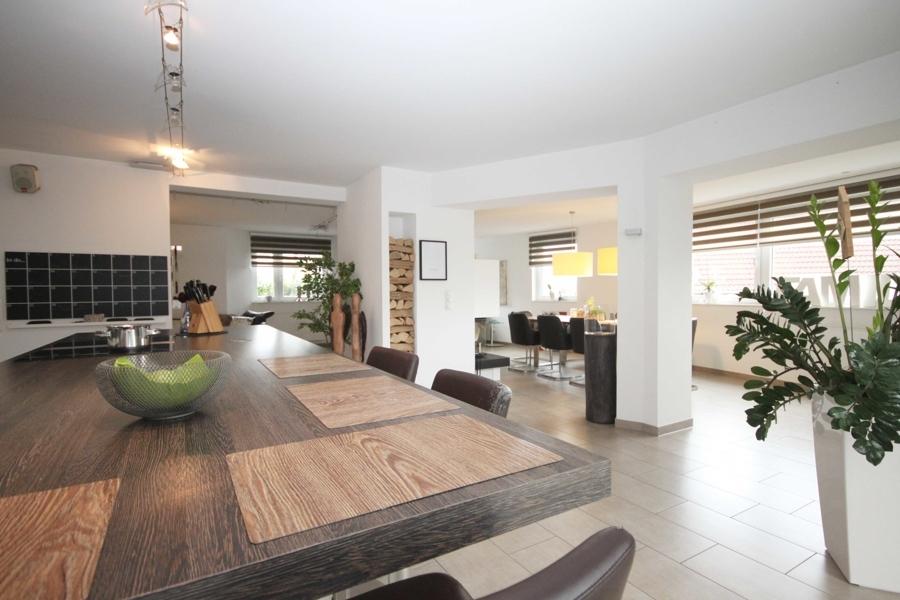 EG offene Küche mit Blick in den Wohnbereich