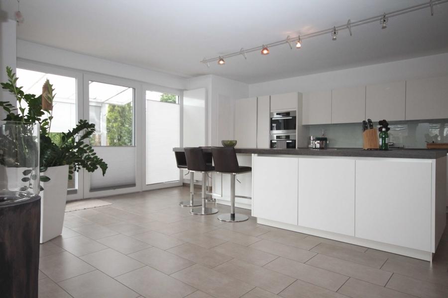 EG offene Küche mit Zugang zur Terrasse
