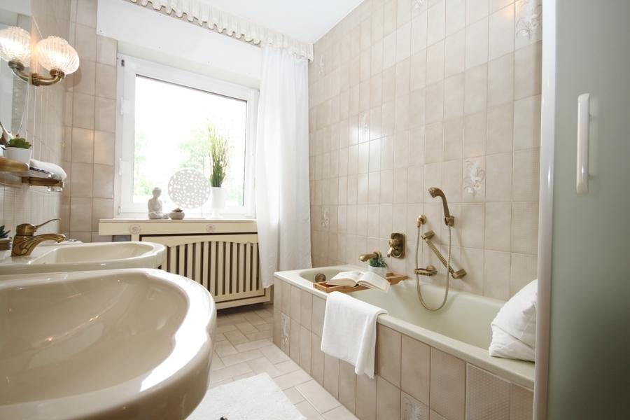 EG Badezimmer mit Dusche und Wanne