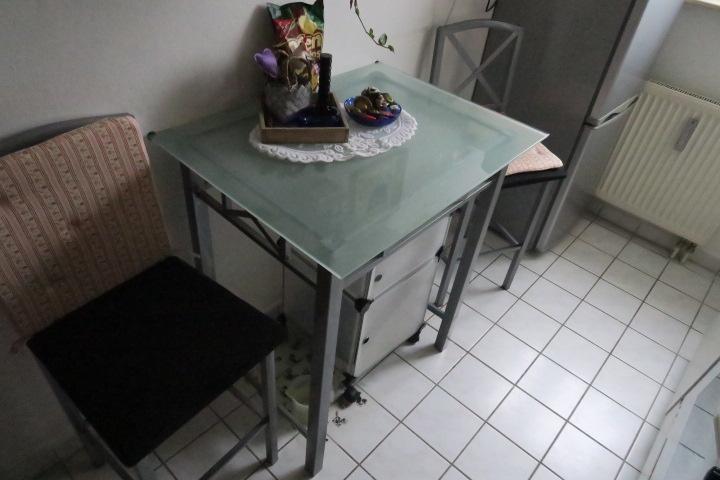 3120-Tisch und Stühle gegen AZ