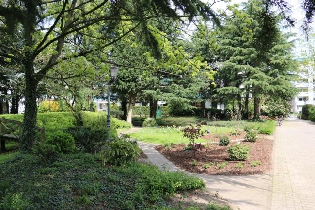 Park vor dem Haus