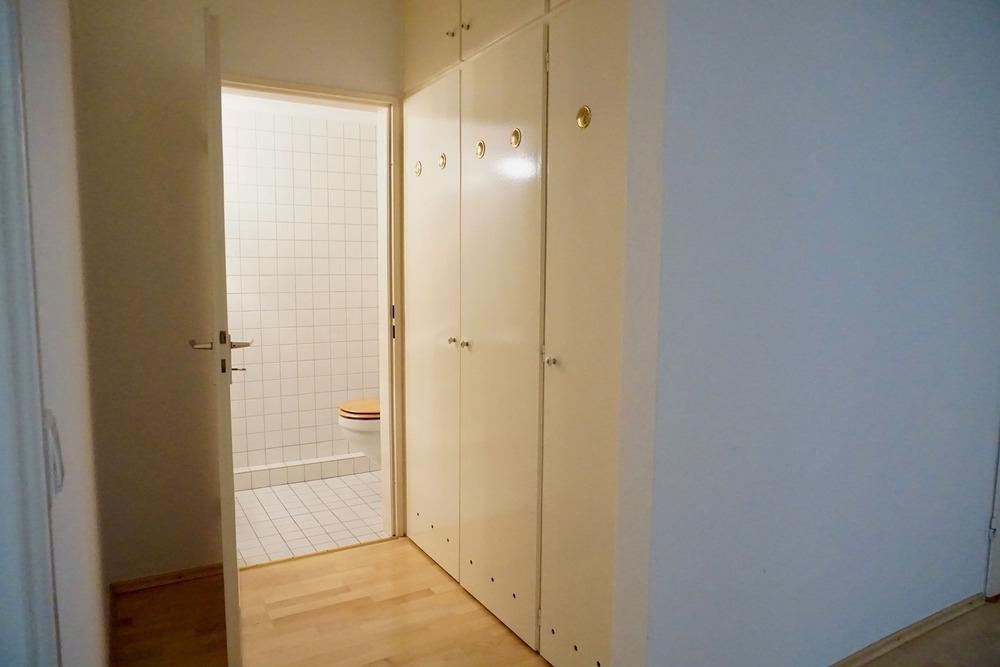 Gäste-WC + Einbauschränke seitlich