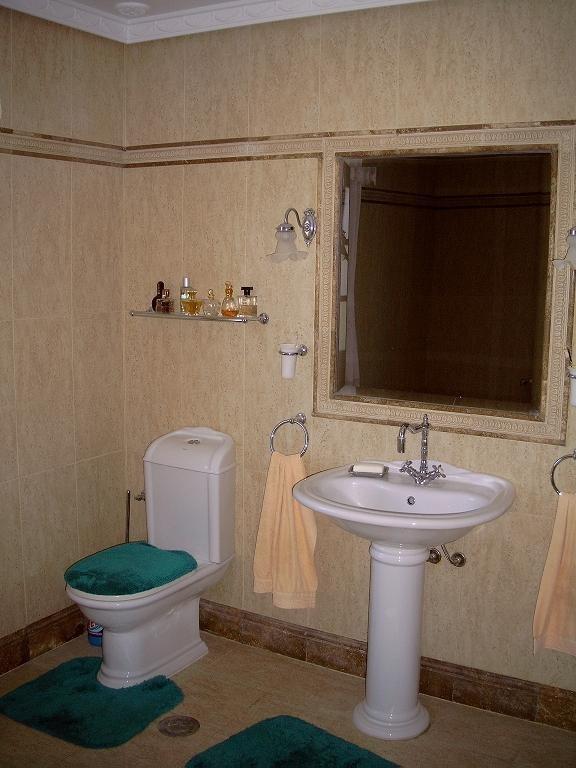 großes Bad- Waschtisch mit WC