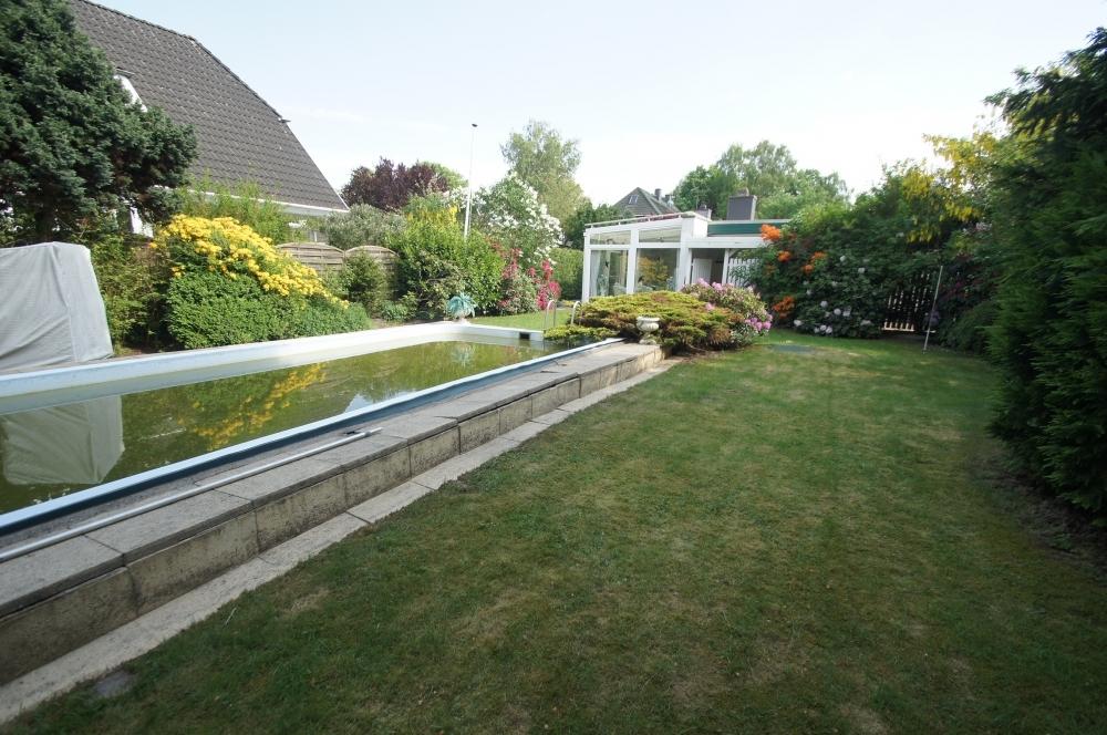 Rasenfläche mit Schwimmbad.
