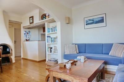 Helles Wohnzimmer mit offener Küche