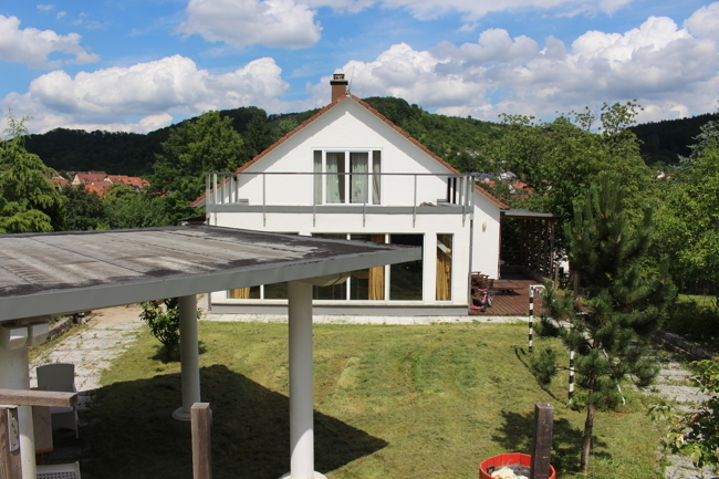 Blick auf das Haus vom Garten