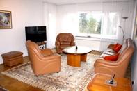 Geräumiges Wohnzimmer Bild 1