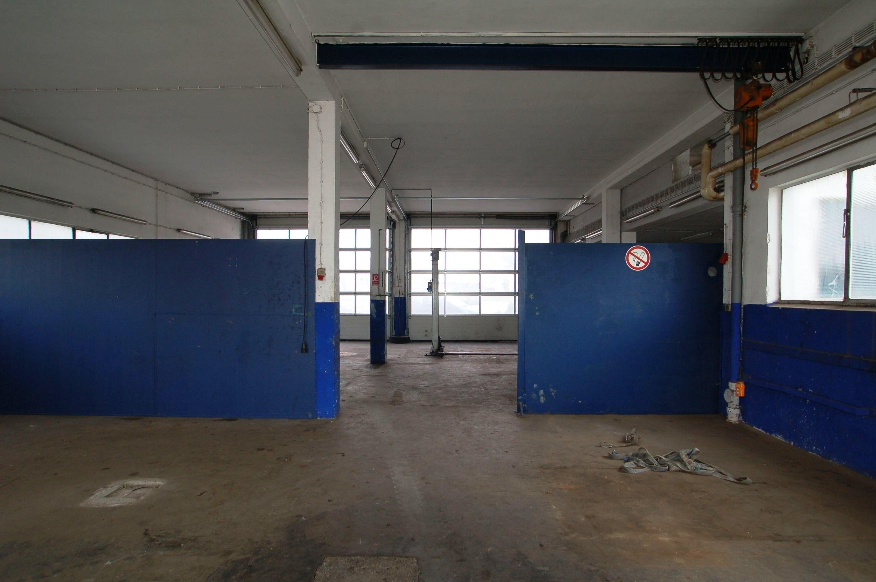 Halle mit 2 großen Rolltoren