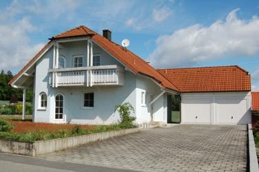 Haus mit Garage und Einfahrt