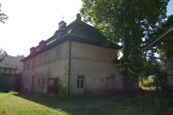 Herrenhaus mit Hofeinfahrt