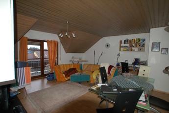 Großzügiges Wohnzimmer mit Balkon