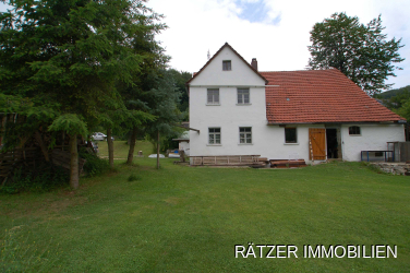 Grundstücksansicht mit altem Bauernhaus