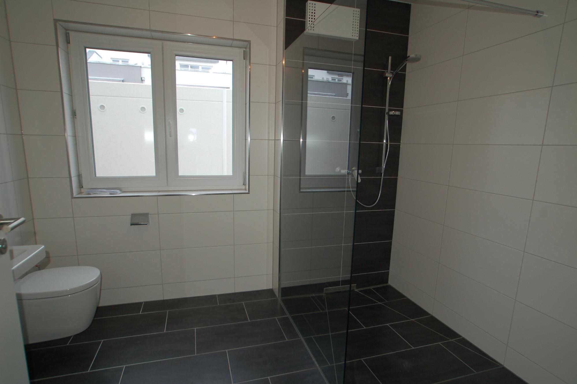 Badezimmer mit großer Dusche