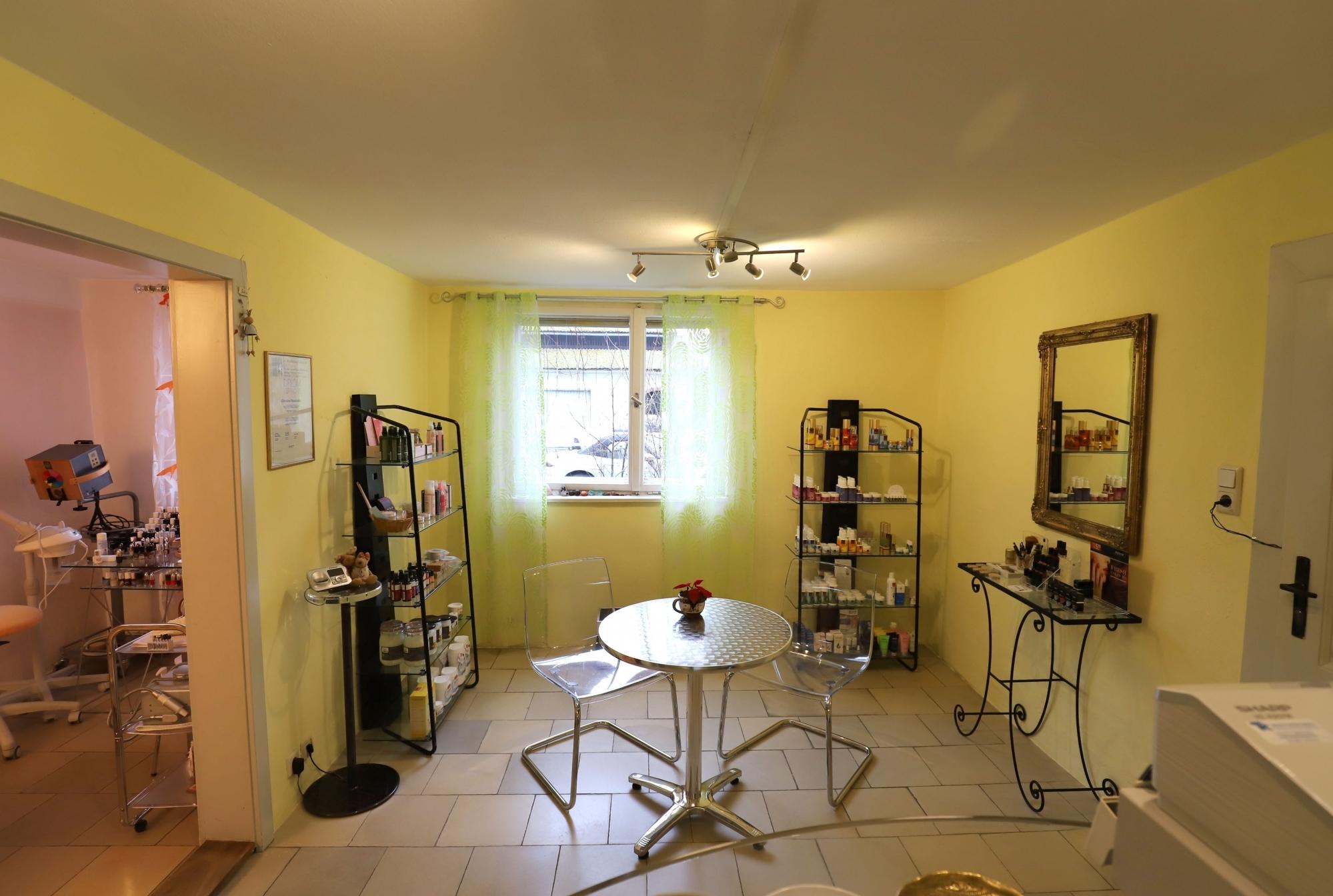 Kosmetikstudio im Erdgeschoss