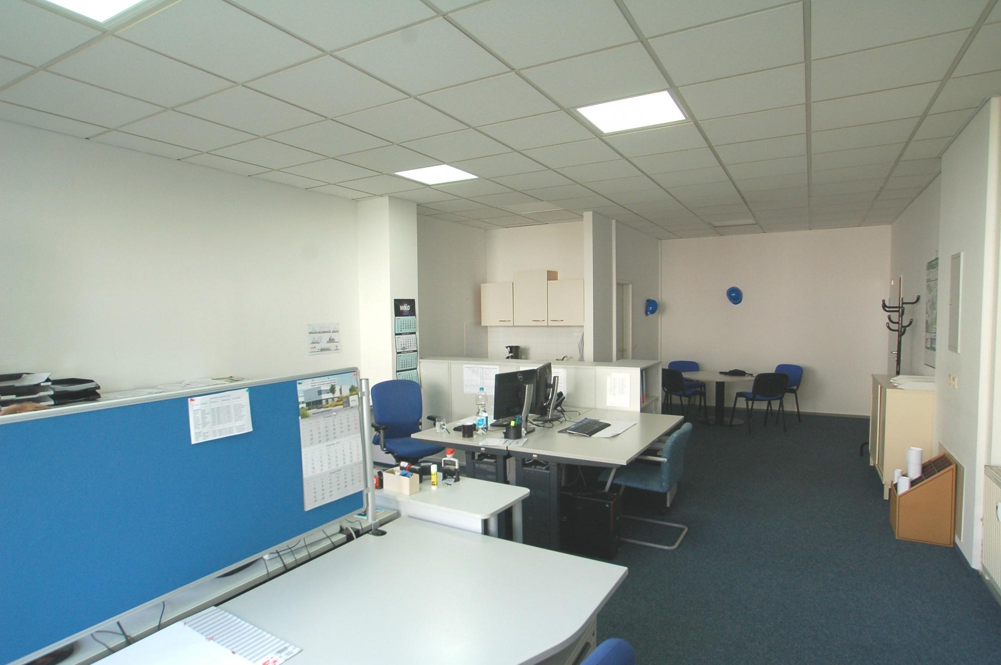 Büro mit 4 Arbeitsplätzen