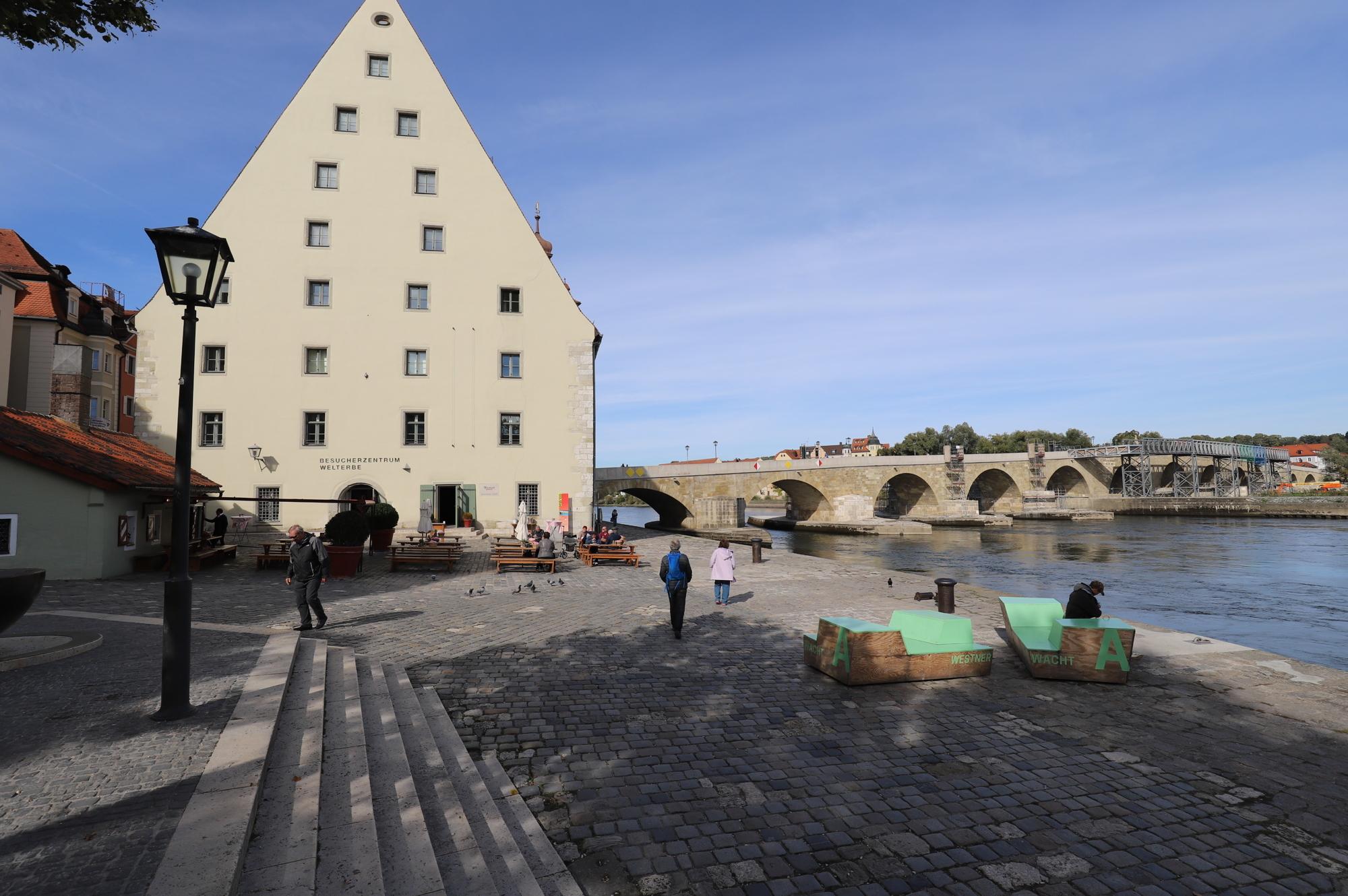 Steinerne Brücke mit Wurstkuchl zur Linken