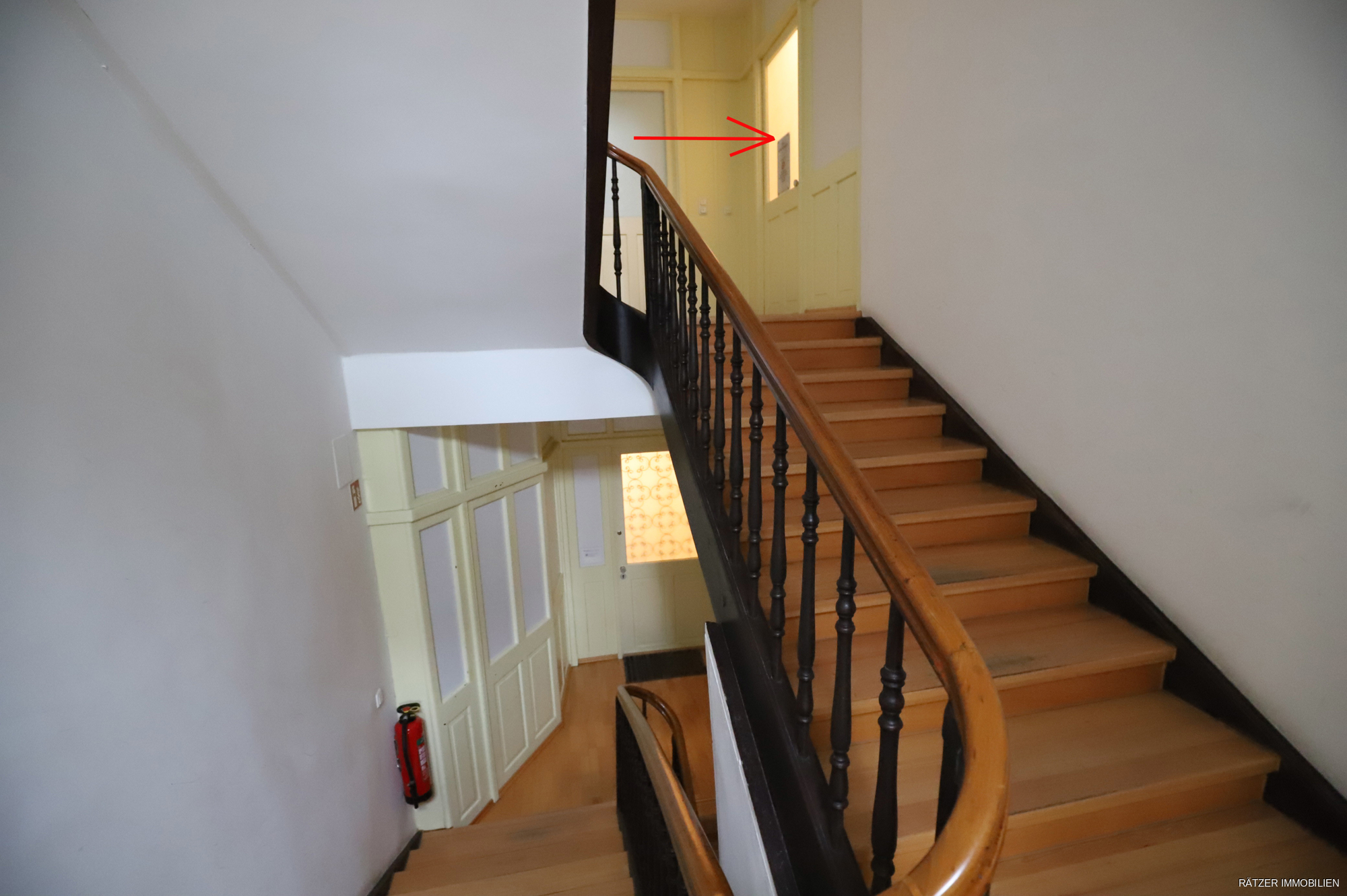 Wohnungstüre und Treppenhaus