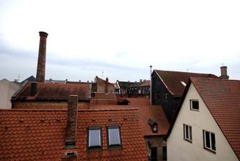 Blick über die Dächer - Storchennest auf dem Kamin