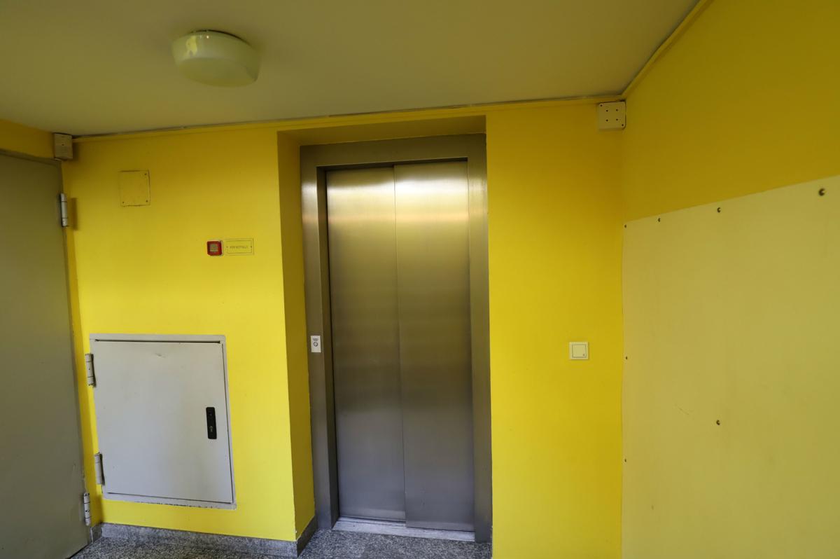 Aufzug im Treppenhaus