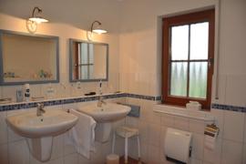 zwei Waschbecken Bad