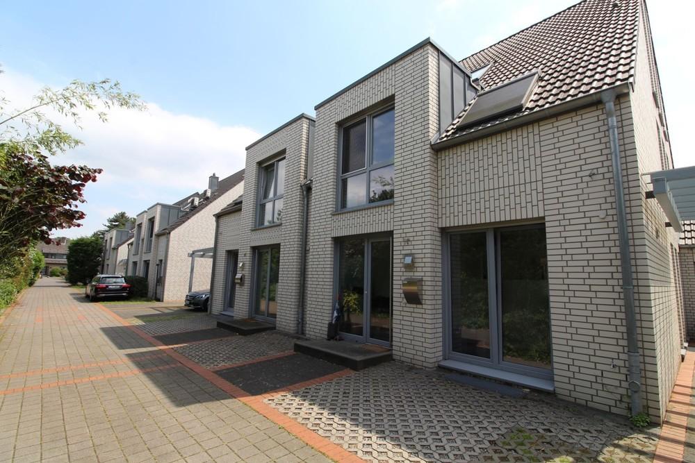 Modern geschnittene Doppelhaushälfte mit grünem Ausblick in Düsseldorf Kaiserswerth