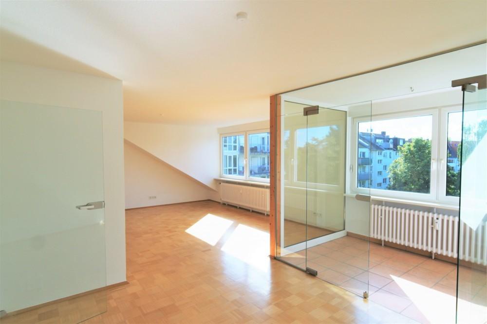 Stilvolles Unikat - Lichtdurchflutete 2-Zimmer Dachgeschosswohnung in ruhiger Lage