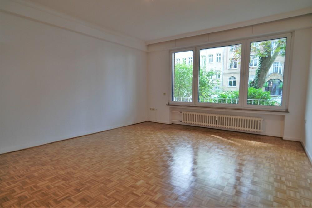 Altbaucharme - hochwertige 2-Zimmer-Wohnung mit Einbauküche und Balkon in begehrter Lage