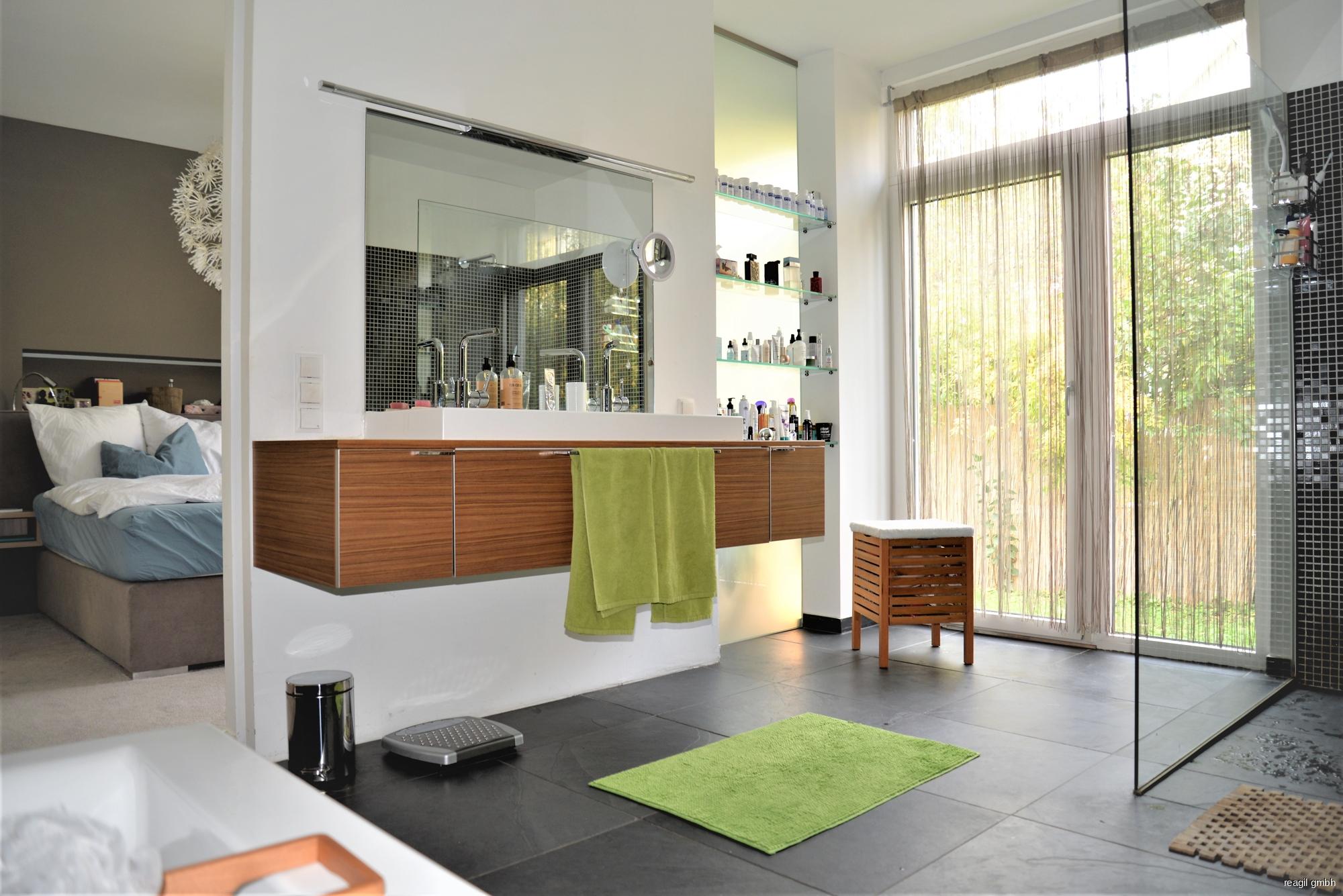 Badezimmer mit Schlafzimmer u. Garderobe EG