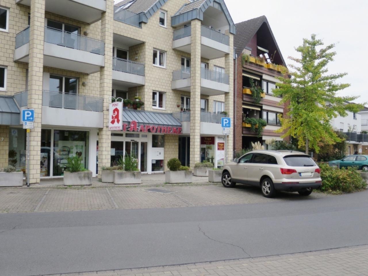 Wohnhaus mit Ladenzeile