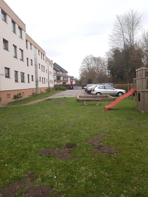 Garten und Parkplätze hinter dem Haus