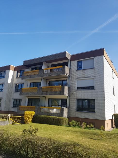 Hausansicht mit Balkonen