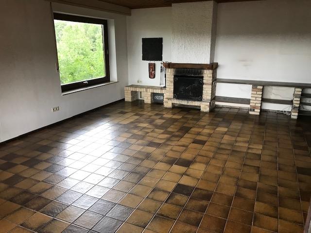 EG: Wohnzimmer mit offenem Kamin