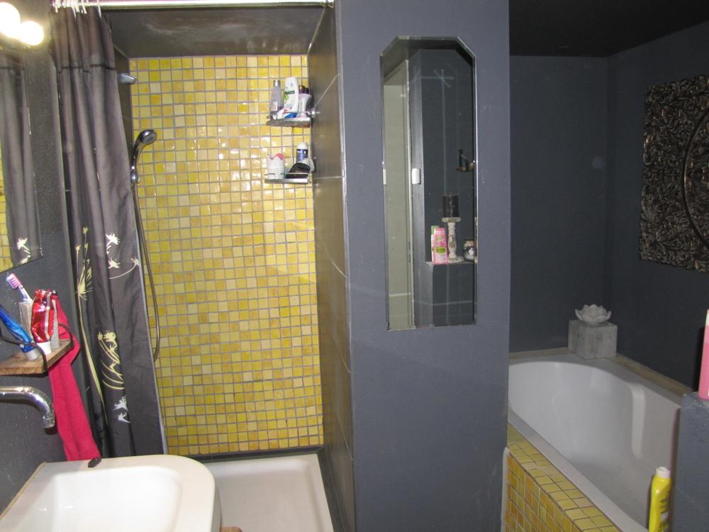 Das Badezimmer mit Dusche und Wanne!