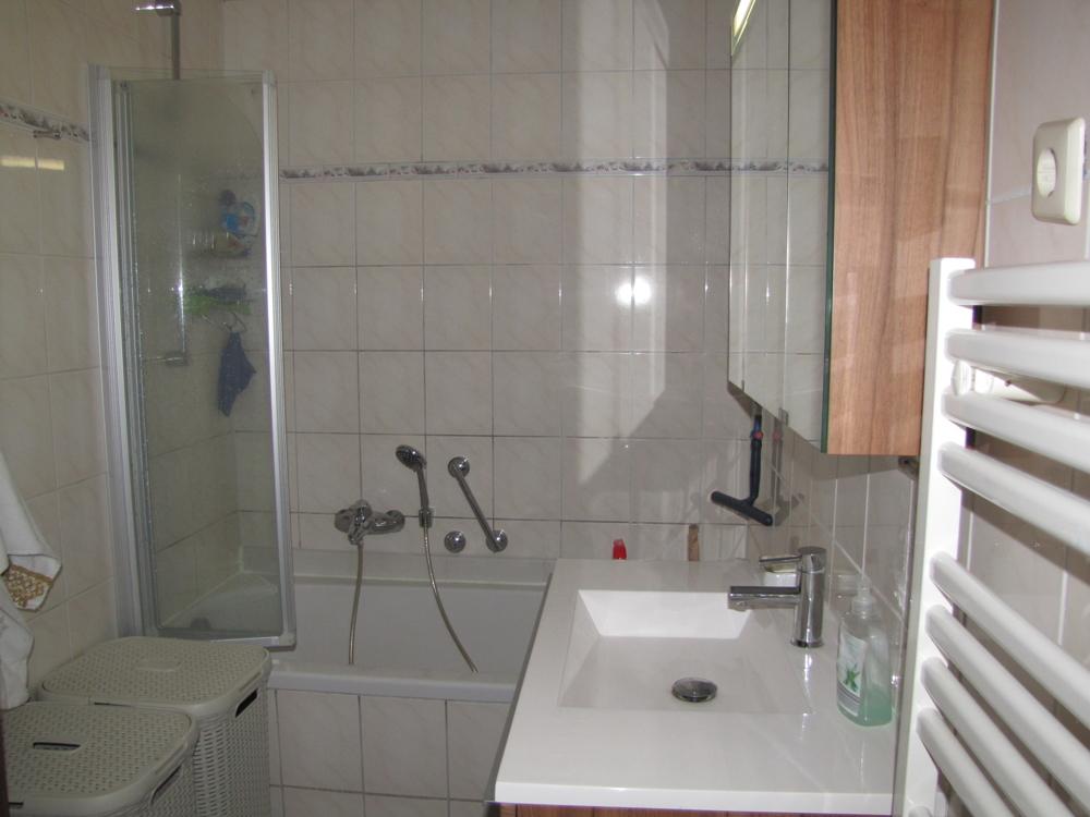 Das Badezimmer mit Wanne