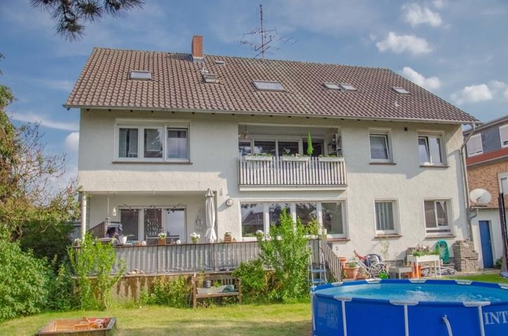 NEU zum Verkauf in Moers - Freistehendes Mehrfamilienhaus - Außenansicht Gartenseite - Reuter Immobilien – Immobilienmakler
